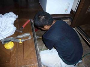 狭い床下作業