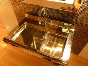 金属製のピカピカ洗面台
