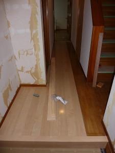廊下重ね張り作業中。