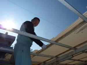 屋根材の撤去中。