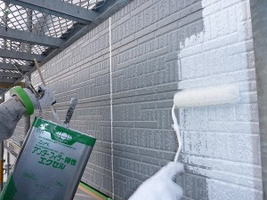 外壁下塗り中。