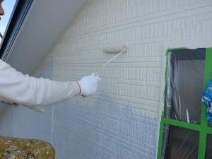 南側外壁上塗り1回目作業中。