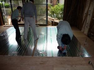 リンナイ社製:床暖房用温水マット敷き。