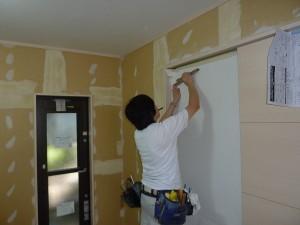 壁紙張り始め。