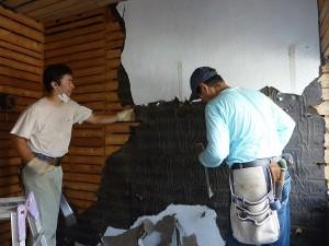 納戸の壁解体中。