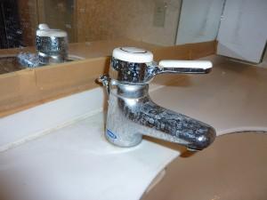 洗面化粧台の水栓金具交換前。。。