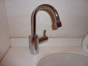 トイレカウンター用水栓金具も新しく。。。