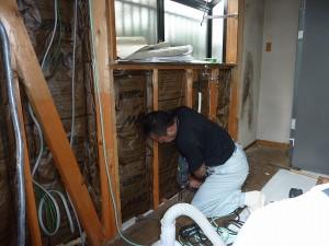 水廻りの配管直し工事中。
